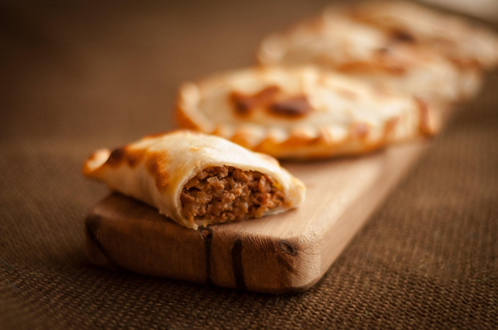 Empanada cortada sobre tabla